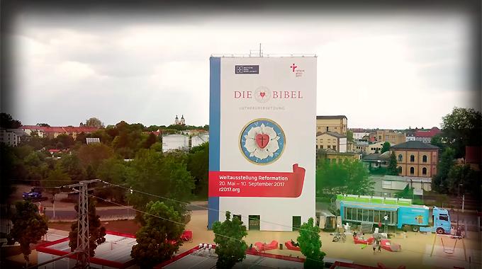 Mega-Bibel auf der Weltausstellung Reformation