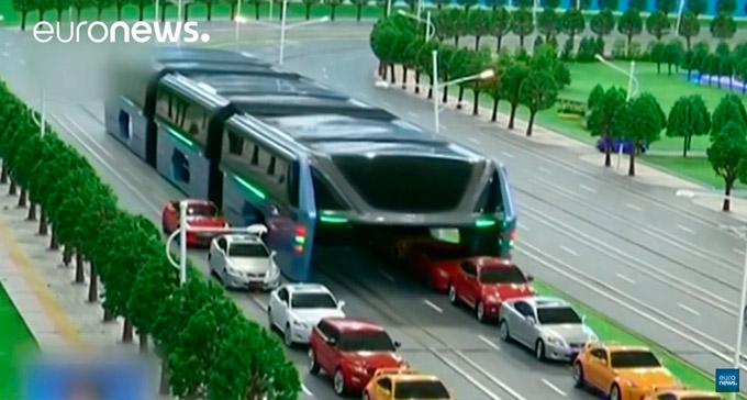 Ein Bus der über Autos rollt - Chinas Antwort auf Stauprobleme