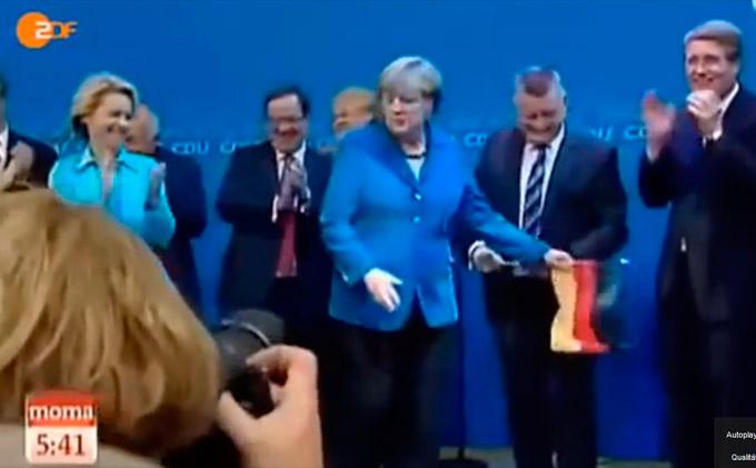 Video: Merkel entfernt Deutschlandfahne